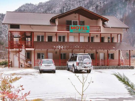 Motel Parking Lotrisor